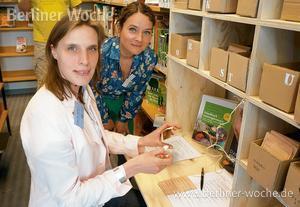 Gärtnerin Julia Westheimer (rechts) zeigt Bibliotheksleiterin Anja Seifert, wie die Saatgut-Bibliothek funktioniert. (Foto KEN)